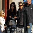 Halle Berry enceinte se promène avec une amie dans les rues de New York. Le 7 avril 2013.