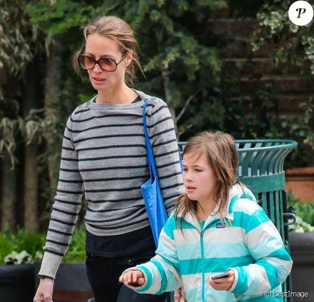 Christy Turlington et sa fille Grace rentrent chez elles après un passage au marché bio Whole Foods dans le quartier de Tribeca. New York, le 7 avril 2013.
