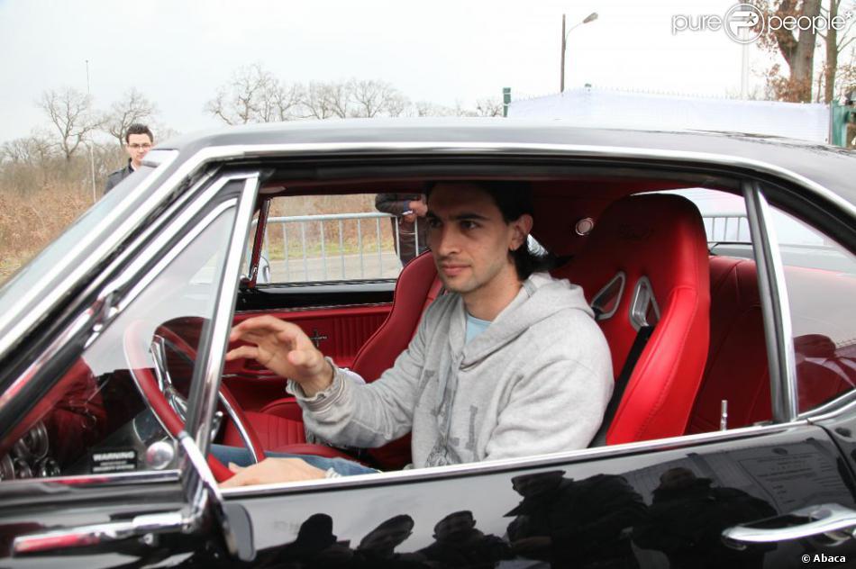 Javier Pastore quitte le Camp des Loges à Saint-Germain-en Laye, fier comme un paon à bord de sa belle Chevrolet Camaro, le 8 avril 2013