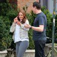 La princesse Madeleine de Suède discute avec le DJ star Tiësto, avec un groupe d'amis, à New York le 10 avril 2013.