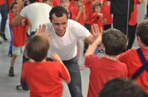 Brahim Asloum : Coach inattendu et souriant au milieu d'enfants conquis