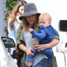 Hilary Duff va faire du shopping avec son fils Luca à West Hollywood, le 15 avril 2013.