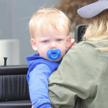 L'actrice Hilary Duff va faire du shopping avec son fils Luca à West Hollywood, le 15 avril 2013.