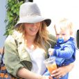 """Hilary Duff avec son fils Luca à West Hollywood, le 15 avril 2013."""
