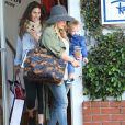 """La belle actrice Hilary Duff va faire du shopping avec son fils Luca à West Hollywood, le 15 avril 2013."""