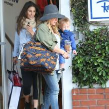 La belle actrice Hilary Duff va faire du shopping avec son fils Luca à West Hollywood, le 15 avril 2013.