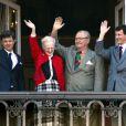 La reine et le prince consort Henrik entouré de leurs fils Frederik et Joachim. La reine Margrethe II de Danemark célébrait le 16 avril 2013 son 73e anniversaire au balcon du palais Christian IX à Amalienborg, Copenhague, entourée de sa famille.