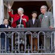 La reine et le prince consort Henrik avec leurs petits-fils Christian et Nikolai. La reine Margrethe II de Danemark célébrait le 16 avril 2013 son 73e anniversaire au balcon du palais Christian IX à Amalienborg, Copenhague, entourée de sa famille.
