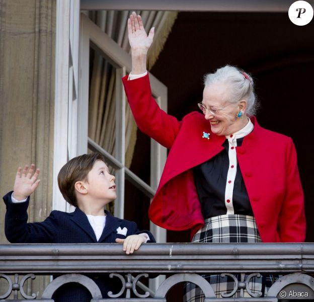 La souveraine salue, avec son petit-fils le prince Christian. La reine Margrethe II de Danemark célébrait le 16 avril 2013 son 73e anniversaire au balcon du palais Christian IX à Amalienborg, Copenhague, entourée de sa famille.