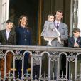 Le prince Joachim de Danemark avec la princesse Athena, 15 mois, dans les bras, et entourée de son épouse la princesse Marie et de ses garçons Nikolai, Felix et Henrik. La reine Margrethe II de Danemark célébrait le 16 avril 2013 son 73e anniversaire au balcon du palais Christian IX à Amalienborg, Copenhague, entourée de sa famille.