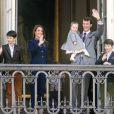Le prince Joachim de Danemark avec la princesse Athena, 15 mois, dans les bras, son épouse la princesse Marie et ses enfants Nikolai, Felix et Henrik. La reine Margrethe II de Danemark célébrait le 16 avril 2013 son 73e anniversaire au balcon du palais Christian IX à Amalienborg, Copenhague, entourée de sa famille.
