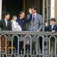 Joachim de Danemark avec la princesse Athena, 15 mois, dans les bras, et entourée de son épouse la princesse Marie et de ses enfants Nikolai, Felix et Henrik. La reine Margrethe II de Danemark célébrait le 16 avril 2013 son 73e anniversaire au balcon du palais Christian IX à Amalienborg, Copenhague, entourée de sa famille.
