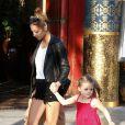"""Nicole Richie et sa fille Harlow, adorable duo à la sortie d'un magasin Toys""""R""""Us. Los Angeles, le 16 avril 2013."""