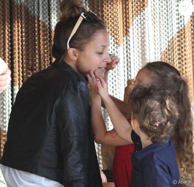 Nicole Richie et ses deux enfants Harlow et Sparrow profitent d'un après-midi en famille dans le quartier de Century City. Los Angeles, le 16 avril 2013.