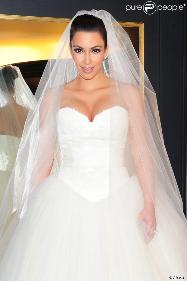 Pin Kim Kardashian Robe Mariee Kim Kardashian Vogue Kim Kardashian on ...