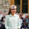 Kate Middleton, duchesse de Cambridge, enceinte de 6 mois et resplendissante dans un manteau Mulberry, lors de la revue nationale des Queen's Scouts au château de Windsor, le 21 avril 2013. Une mission confiée par la reine Elizabeth II.