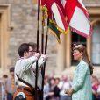 """"""" Kate face aux porte-étendard, distingué pour leur bravoure. Kate Middleton, duchesse de Cambridge, enceinte de 6 mois et resplendissante dans un manteau Mulberry, lors de la revue nationale des Queen's Scouts au château de Windsor, le 21 avril 2013. Une mission confiée par la reine Elizabeth II. """""""