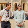 """"""" Kate Middleton, duchesse de Cambridge, enceinte de 6 mois et resplendissante dans un manteau Mulberry, lors de la revue nationale des Queen's Scouts au château de Windsor, le 21 avril 2013. Une mission confiée par la reine Elizabeth II. """""""