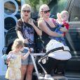 L'actrice Tori Spelling emmène ses enfants, Hattie et Stella, au parc à Malibu, le 21 avril 2013.