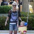 Tori Spelling emmène ses enfants, Hattie et Stella, au parc à Malibu, le 21 avril 2013.