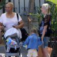 Tori Spelling est allée déjeuner avec ses enfants à Malibu, le 21 avril 201.
