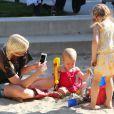 Tori Spelling (39 ans) emmène ses enfants, Hattie et Stella, au parc à Malibu, le 21 avril 2013.
