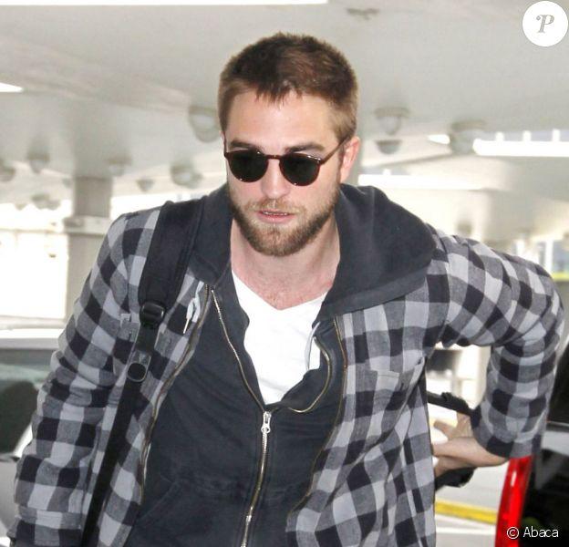 Robert Pattinson arrivant à l'aéroport de JFK à New York pour se rendre à Los Angeles le 23 avril 2013