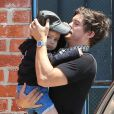 Orlando Bloom prend soin de son fils Flynn en arrivant dans un centre de jeux à West Hollywood, Los Angeles, le 25 avril 2013.