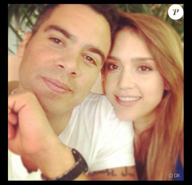 Cash Warren et son épouse Jessica Alba posent amoureusement pour l'anniversaire de la star le 28 avril 2013. Photo Instagram