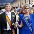 Le roi Willem-Alexander des Pays-Bas arrive à la Nieuwe Kerk avec son épouse la reine Maxima. Intronisé au matin du 30 avril 2013 lors de l'abdication de sa mère la princesse Beatrix, le roi se présentait dans l'après-midi devant les Etats Généraux en la Nouvelle Eglise d'Amsterdam pour prêter serment et recevoir les serments d'allégeance.