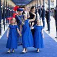 Catharina-Amalia, 9 ans, Alexia, 7 ans, et Ariane, 6 ans, filles du couple royal, menaient le cortège. Le roi Willem-Alexander des Pays-Bas, intronisé au matin du 30 avril 2013 lors de l'abdication de sa mère la princesse Beatrix, se présentait dans l'après-midi devant les Etats Généraux en la Nouvelle Eglise d'Amsterdam pour prêter serment et recevoir les serments d'allégeance.