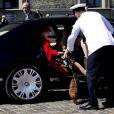 La reine Margrethe II de Danemark et le prince consort Henrik ainsi que leurs chiens ont embarqué à bord du yacht royal, le Dannebrog, le 3 mai 2013 à Copenhague, marquant le coup d'envoi de leur tournée estivale annuelle. Premier arrêt : Helsingor.