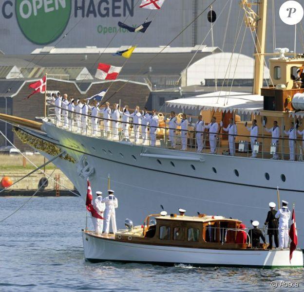 Margrethe II de Danemark et le prince consort Henrik ont embarqué à bord du yacht royal, le Dannebrog, le 3 mai 2013 à Copenhague, marquant le coup d'envoi de leur tournée estivale annuelle. Premier arrêt : Helsingor.