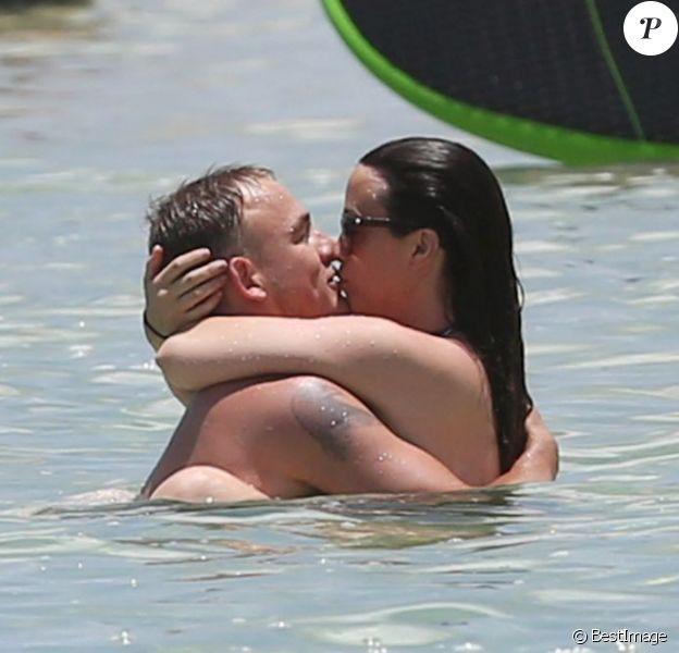 Alanis Morissette et son mari Mario Treadway ont profité d'une journée à la plage et dans l'eau à Hawaï, le 5 mai 2013.