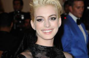 Anne Hathaway blonde platine : Look punk et transparence pour le MET Ball 2013