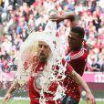 Franck Ribéry célèbre le titre du Bayern Munich au milieu de ses coéquipiers, le 11 mai 2013 à l'Allianz Arena avant de rejoindre le centre ville de Munich, en recevant une belle douche de bière
