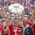Franck Ribéry célèbre le titre du Bayern Munich au milieu de ses coéquipiers, le 11 mai 2013 à l'Allianz Arena avant de rejoindre le centre ville de Munich.
