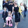 Angelina Jolie et ses enfants Shiloh, Knox et Vivienne à Sherman Oaks, le 28 octobre 2012