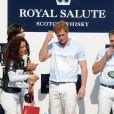 L'épouse de Tommy Lee Jones, Dawn Jones, félicite le prince Harry pour sa victoire lors du match Sentebale Royal Salute Polo Cup à Greenwich, Connecticut, le 15 mai 2013 lors de la visite officielle aux Etats-Unis.