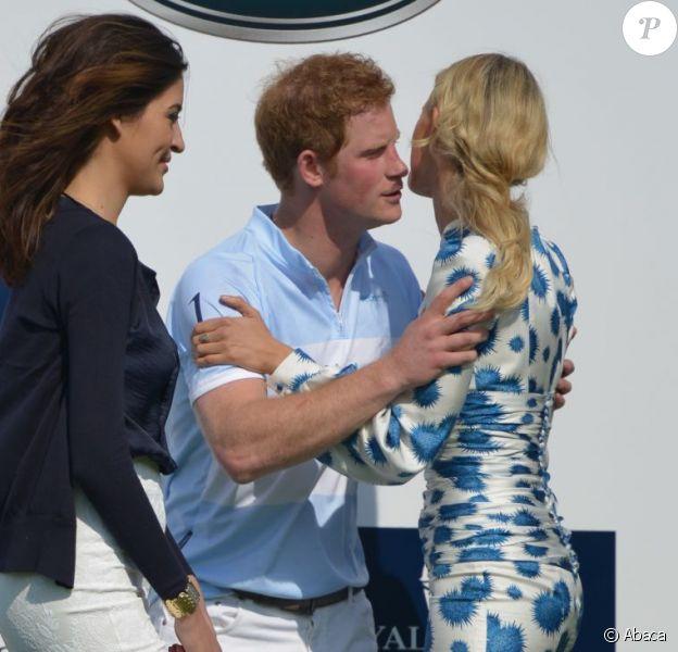Le prince Harry et Karolina Kurkova lors de la remise du trophée du match Sentebale Royal Salute Polo Cup à Greenwich, Connecticut, le 15 mai 2013 lors de la visite officielle du prince Harry aux Etats-Unis.