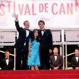 Armando Espitia, Andrea Vergara et Amat Escalante saluent le public à la montée des marches au Festival de Cannes 2013, le 16 mai.