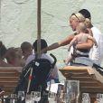 Tori Spelling et Dean McDermott en vacances avec leurs enfants Liam, Stella, Hattie et Finn au Mexique, le 18 mai 2013.