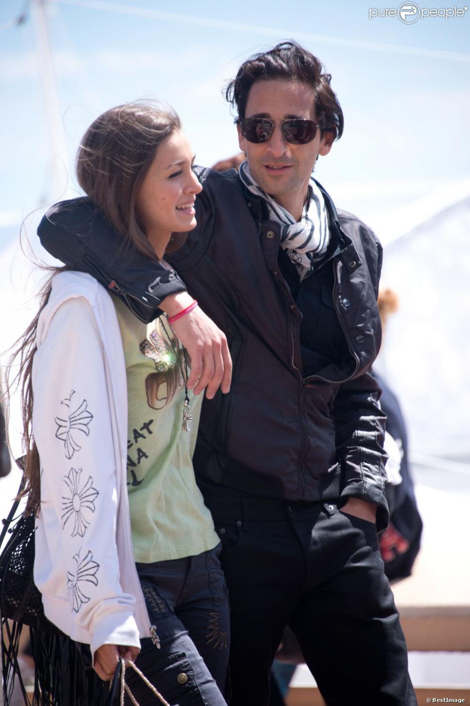 Exclusif - Adrien Brody et sa compagne Lara Lieto se promenant sur la Croisette lors du 66e Festival du Film de Cannes le 19 mai 2013