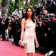 Frédérique Bel monte les marches du Festival de Cannes pour la projection du film 'Inside Llewyn Davis' des frères Coen, le 19 mai 2013.