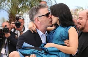 Cannes 2013: Alec Baldwin fait décoller sa femme enceinte pour un baiser torride