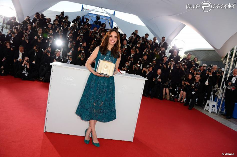 Bérénice Bejo posant avec son prix d'interprétation pour Le Passé au Festival de Cannes le 26 mai 2013