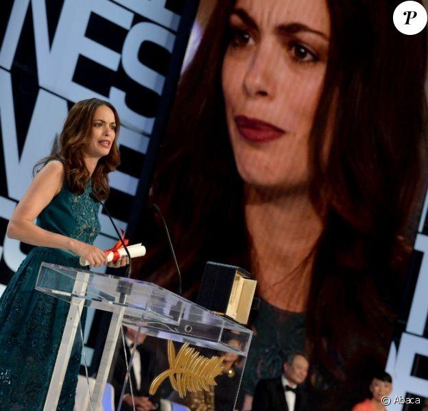 Surprise et émue, Bérénice Bejo reçoit son prix d'interprétation pour Le Passé au Festival de Cannes le 26 mai 2013