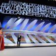 Audrey Tautou accueille le président du jury Steven Spielberg lors de la clôture du Festival de Cannes le 26 mai 2013
