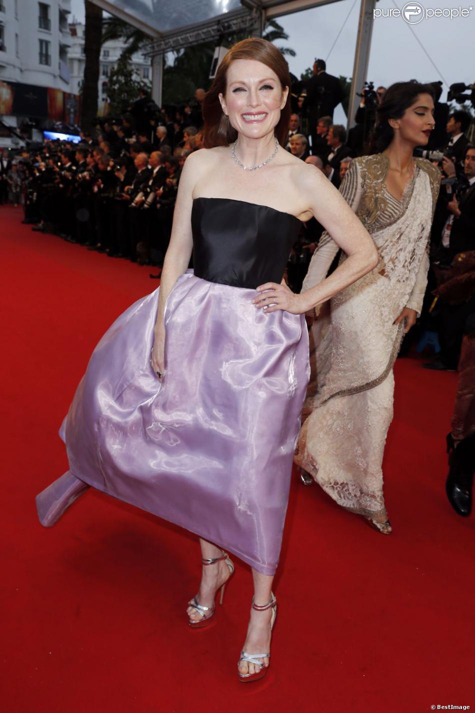 Julianne Moore en robe Dior lors de la montée des marches du Festival de Cannes. Le 15 mai 2013. Si la robe de la star était superbe malheureusement, côté chaussures, elle a vécu une petite mésaventure.