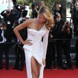 Heidi Klum en robe Versace lors de la montée des marches du Festival de Cannes. Le 23 mai 2013. Une fois encore, la robe était un peu trop échancrée.